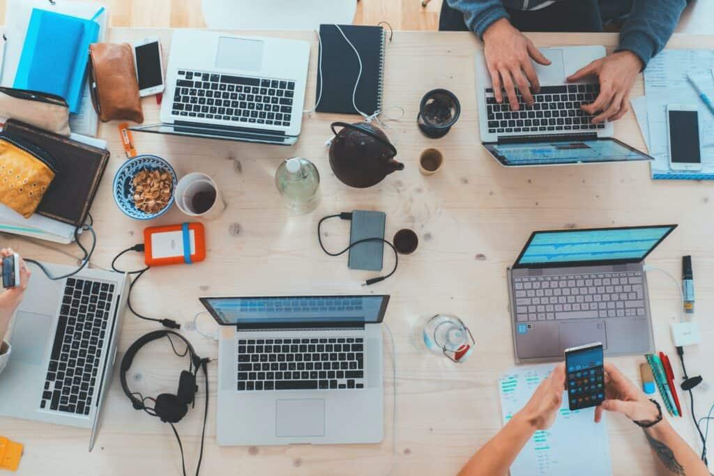 Arbeitstisch mit Laptop - kreatives Webdesign